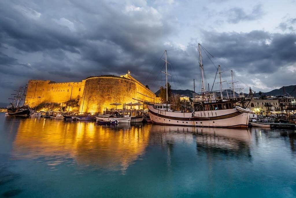 Kipr oroli sohillarida yozgi lager